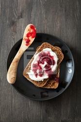 Obraz chleb z creme fraiche i borówki brusznicy dżemem