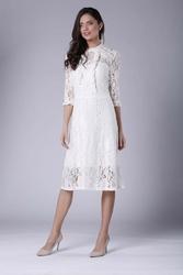 Ecru lekko rozkloszowana sukienka koronkowa ze stójką