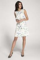 Biała letnia sukienka w kwiaty z falbanką przewiązana paskiem