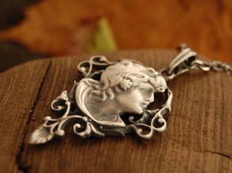 BOGINI - srebrny wisior