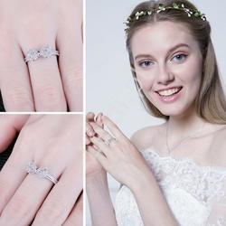 Srebrny pierścionek z ażurową kokardką wysadzaną cyrkoniami