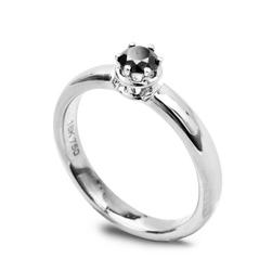 Staviori pierścionek mephisto. 1 diament, kolor czarny, szlif brylantowy, masa 0,25 ct.. białe złoto 0,750. średnica korony ok. 5 mm. szerokość obrączki ok. 3 mm.