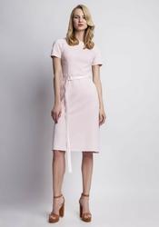 Różowa sukienka z krótkim rękawem i paskiem