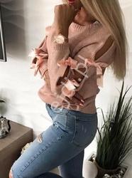 Jasno różowy sweterek z rozcięciami na rękawach, zdobiony kokardkami