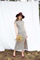 Prosta midi sukienka w kratkę z rozporkiem