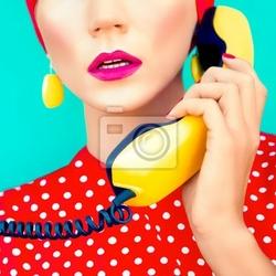 Obraz close-up portret retro dziewczyna z telefonem