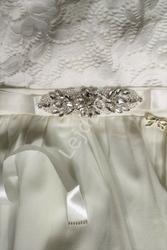 Biały pasek satynowy do sukni ślubnej z kryształkową ozdobą 944