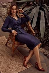 Dzianinowa wzorzysta sukienka o kopertowym dekolcie - model 3
