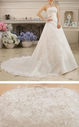 Suknia ślubna z długim trenem