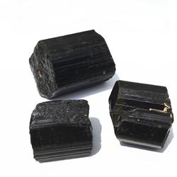 Czarny turmalin nieszlifowany 03 chroni przed złem