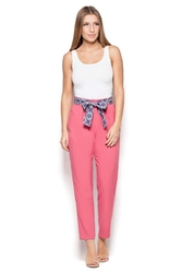 Różowe spodnie cygaretki z wiązanym paskiem