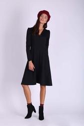 Czarna rozkloszowana sukienka kopertowa z długim rękawem