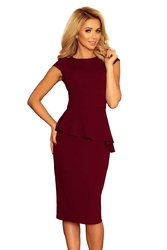 Bordowa sukienka z baskinkąasymetryczny fason