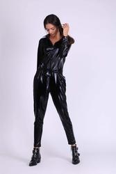 Czarny błyszczący kombinezon typu koszulowego
