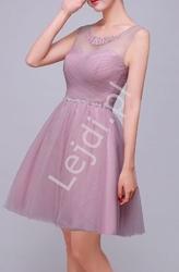 Krótka sukienka wieczorowa w kolorze brudnego różu, zdobiona kryształkami w pasie