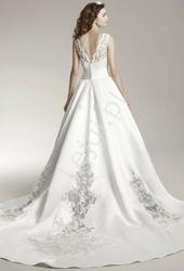 Fenomenalna suknia ślubna z trenem zdobionym guziczkami
