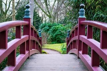 Fototapeta na ścianę mostek z czerwoną poręczą fp 3549
