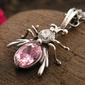 Władca much - srebrny wisior z różowym kryształem