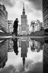 Warszawa pałac kultury i nauki zamyślony - plakat premium wymiar do wyboru: 30x40 cm