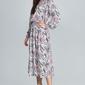 Wzorzysta sukienka midi z bufkami na rękawach