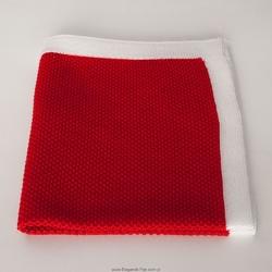 Czerwona poszetka z dzianiny z białą obwódką