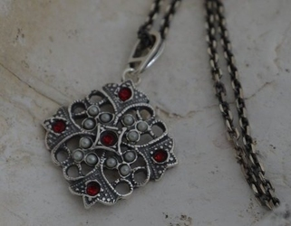 Cesarta - srebrny wisiorek z rubinem i perłami