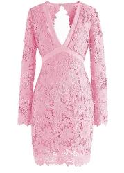 Koronkowa sukienka różowa z odkrytymi plecami