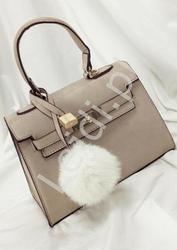 Beżowa torebka damska z zawieszką białym puszkiem