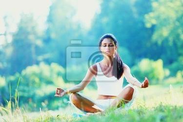 Fototapeta młoda kobieta ćwiczenia jogi w parku