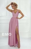 Pudrowo różowa długa suknia z dwoma rozcięciami na nogi nina