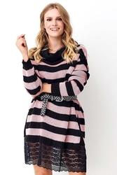 Długi sweter w pasy z koronką