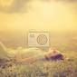 Obraz piękny, młody, dziewczyna marzy leżącego na magicznej łące wiosną