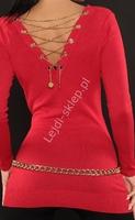 Czerwony sweter z dekoltem na plecach, zdobiony złotym łańcuszkiem