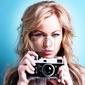 Plakat piękne blond kobieta fotograf posiadający aparat retro