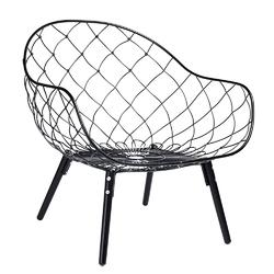 Fotel z metalowym siedziskiem i miękkimi poduszkami demon
