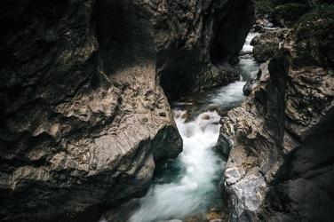 Fototapeta woda przedzierająca się przez surowe skały fp 1669