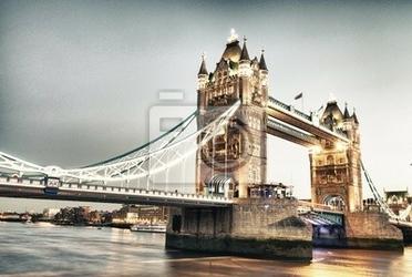 Fototapeta scenic nocy widok na tower bridge w całej swej okazałości - lond