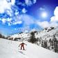 Naklejka samoprzylepna jazda na snowboardzie w alpejskim krajobrazie