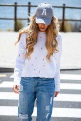 Biały lekki sweter z ozdobnymi oczkami