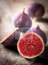 Obraz świeże figi na drewnianym stole