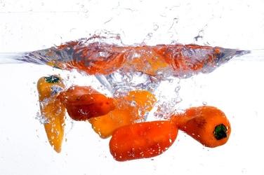 Fototapeta żółte papryki wpadające do wody fp 858