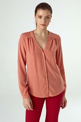 Łososiowa koszulowa bluzka z dekoltem w serek