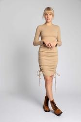 Sukienka z prążkowanej dzianiny z troczkami po bokach - cappuccino