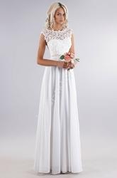 Biała delikatna sukienka z gipiurową koronką na biuście i perełkami