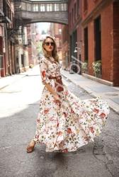Szyfonowa biała sukienka z nadrukowanymi polnymi kwiatami
