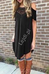 Czarna luźna asymetryczna sukienka z koronką i odkrytymi ramionami 1208