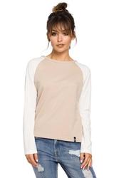 Beżowa klasyczna bluzka z długim rękawem