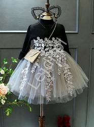 Sukienka dla dziewczynki z tiulową spódnicą i gipiurowymi aplikacjami 003