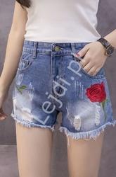 Jeansowe spodenki z dziurami oraz wyhaftowaną różą