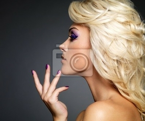 Obraz piękne kobiety z piękna fioletowy manicure i makijaż oczu.